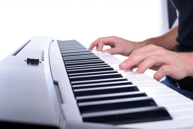 klavieranschlag auf e-piano